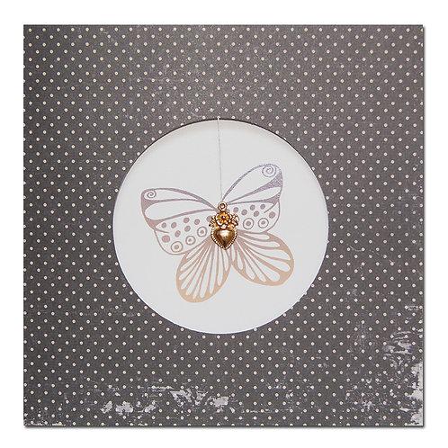 Grusskarte mit Schmetterling und Herzanhänger