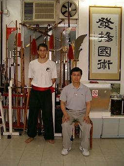 תמונה של סיפו ג'אנג יי קואנג עם תום רוטנברג המורה של הונג גאר קונג פו בחיפה