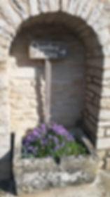 Fleurs et panneau chambre d'hôtes