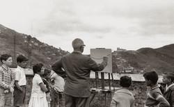 Guignard_trabalhando_observado_por_crianças_em_Ouro_Preto._1962_Foto_Luiz_Alfredo
