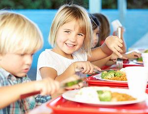 Des enfants mangent leur déjeuner à l'école.L'école Montessori Bilingue Smiles'n Kids située dans le 92 à Issy-les-Moulineaux proche de Meudon applique la pédagogie Montessori et propose un service de restauration scolaire.