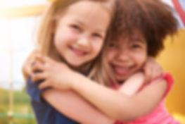 2 filles sourient et sont heureuses d'être ensemble. L'école Montessori Bilingue Smiles'n Kids, située dans le 92 entre Issy-le-Moulineaux et Meudon, a pour objectif de promouvoir les apprentissages dans la joie !