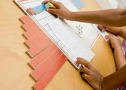 Matériel Montessori de mathématiques (tableau de mémorisation de l'addition).L'école Montessori Bilingue Smiles'n Kids située dans le 92 à Issy-les-Moulineaux proche de Meudon applique la pédagogie Montessori.