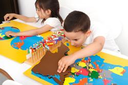 Enfant avec matériel Montessori