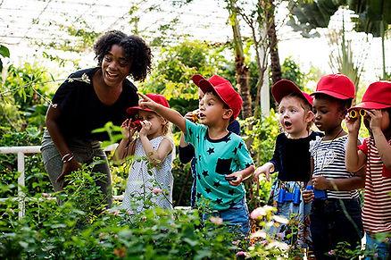 Dans une école Montessori, l'adulte est un guide et aide les enfants à apprendre par eux-mêmes.L'école Montessori Bilingue Smiles'n Kids située dans le 92 à Issy-les-Moulineaux proche de Meudon applique la pédagogie Montessori.