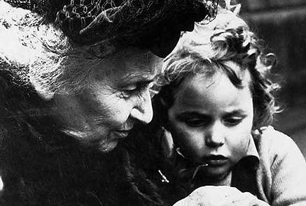 Maria Montessori, génie de la pédagogie et visionnaire, inventeuse de la Pédagogie Montessori. L'école Montessori Bilingue Smiles'n Kids située dans le 92 à Issy-les-Moulineaux proche Meudon applique la pédagogie Montessori.