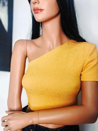 Crop top asymétrique jaune soleil en tissu à relief gaufré
