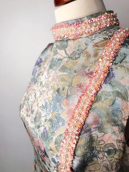 Robe années 60 en brocart pastel rose à fleurs