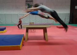 Saut fenêtre / acrobatie sur table