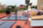 Paneles solares siendo instalados en el techo de un hoar
