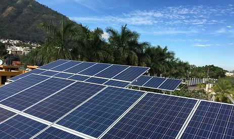 Instalación de múltiples paneles solares sobre el techo de una empresa