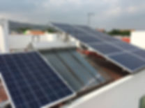 Paneles solares instalados en un hogar