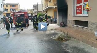 Rocca di Neto, incendio in un garage auto: i vigili del fuoco evitano la tragedia - VIDEO