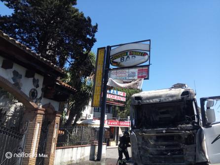 Sibari, tanta paura ieri per l'incendio di un camion fermo al semaforo