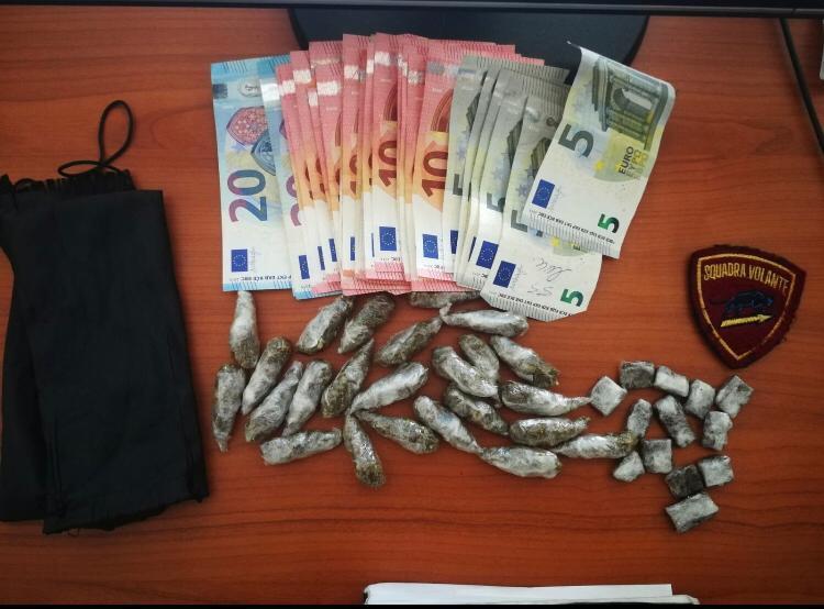 La droga e il denaro sequestrati dalla polizia a Cosenza