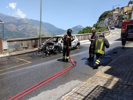 Bonifati: auto in fiamme in via Cammarella