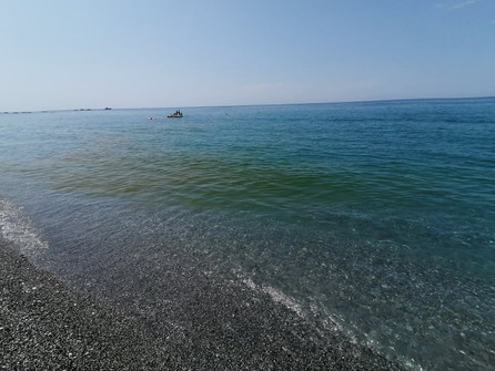 Mare sporco a Scalea: il dispiacere dei turisti; le risposte vaghe dell'Arpacal