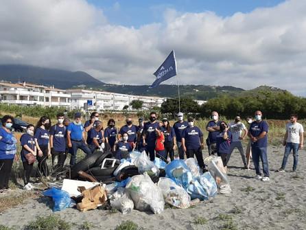 Grisolia, volontari in spiaggia per raccogliere  plastica e spazzatura