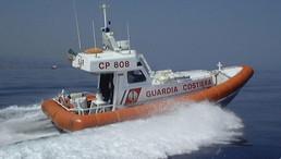 Soccorse due persone su una barca che stava affondando