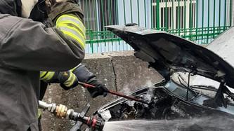 Catanzaro, vigili del fuoco domano l'incendio di un'auto evitando la propagazione