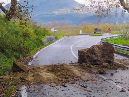 Orsomarso, un grosso masso cade sulla strada provinciale