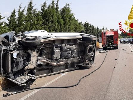 Simeri Mare, incidente sulla 106: dopo lo scontro si ribalta un furgone