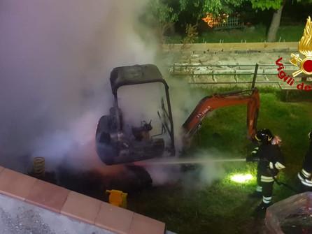 San Sostene (CZ): a fuoco un escavatore nel parco giochi