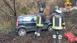 Lamezia Terme, auto in una scarpata: feriti la conducente ed il figlio di 7 anni