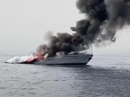 Nel reggino si incendia e affonda una unità navale della guardia di finanza