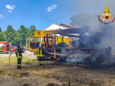 Laino Borgo, incendio in un'officina centro revisioni - VIDEO