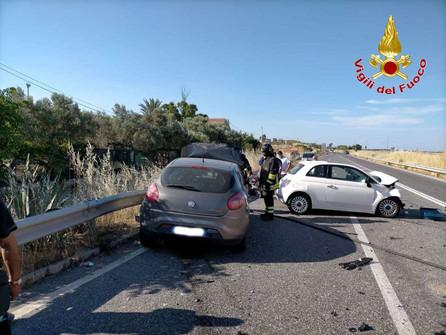 Crotone, incidente stradale con due feriti sulla SS 106