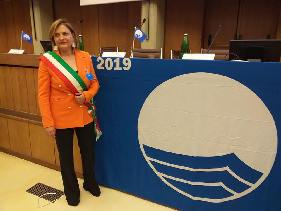 Barbara Mele con la bandiera blu