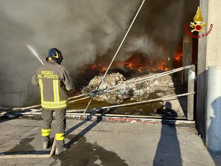 Rende, Vasto incendio al capannone dei rifiuti della Calabria Maceri - VIDEO