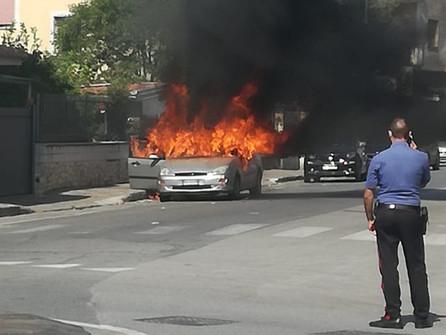 A Scalea auto in fiamme in via fiume Lao, a Tortora scontro auto scooter