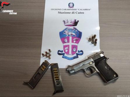 Cutro: rinvenute dai carabinieri cartucce e pistola nascoste