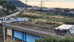Praia a Mare, vento: un altro Tir appoggiato sulle barriere. Si chiedono soluzioni al problema