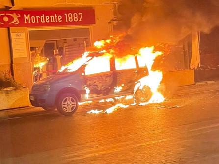Praia a Mare, in fiamme un'auto. Indagini in corso