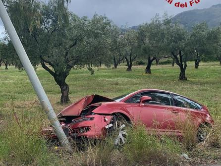 Lamezia Terme: auto contro un palo. Intervento dei vigili del fuoco