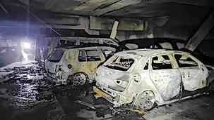 Pauroso incendio al parcheggio di piazza Bernardino Le fosse a Rossano. Undici auto in fiamme