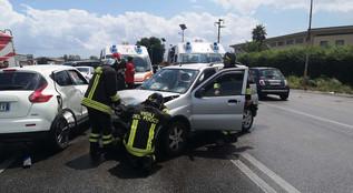 Crotone, incidente stradale sulla SS 106 con tre feriti. Video live