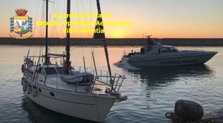 Crotone, intercettata un'imbarcazione con 59 migranti clandestini. arrestati i due presunti scafisti