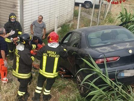 Crotone, travolto dalla sua stessa auto: muore mentre apre il cancello