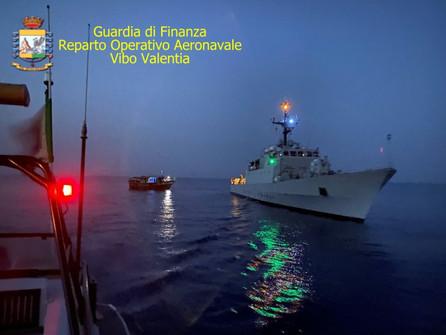 Roccella Jonica, intercettato un peschereccio con 89 migranti, 66 minori