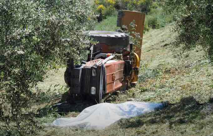 San Giorgio Albanese, agricoltore travolto dal trattore