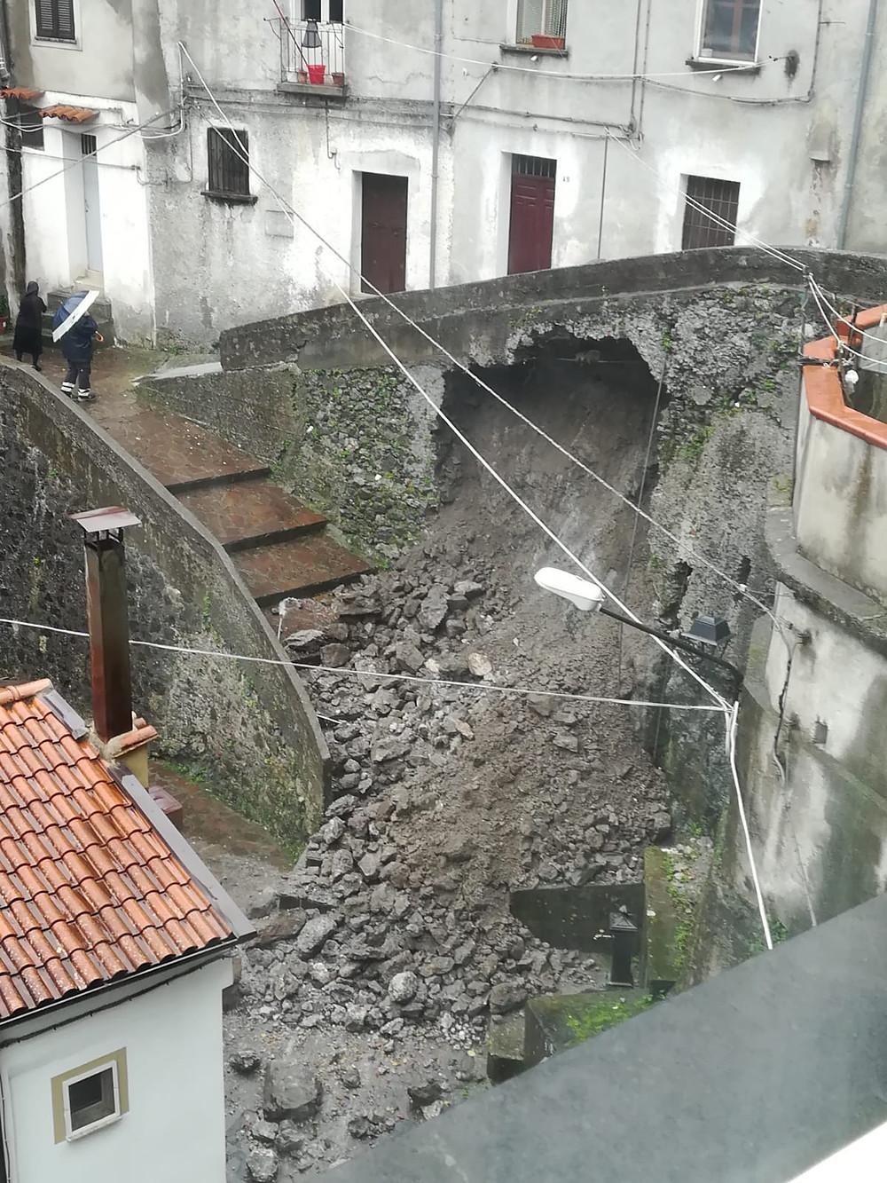 Orsomarso, muro crollato