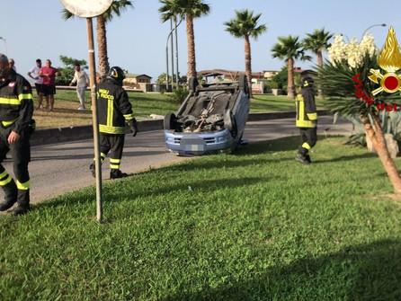 Catanzaro, auto si capovolge alla rotatoria in località Giovino
