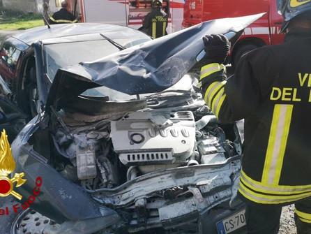 Incidente stradale a Cutro: auto contro un muro, un ferito VIDEO