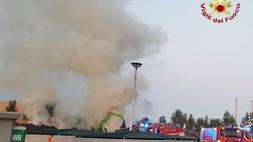 Corigliano Rossano, in fiamme il sito Ecoross. Vigili del fuoco al lavoro