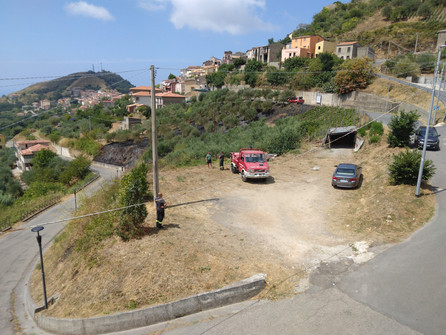 Vandali in azione a Bonifati: incendio in uliveto e cancello usato come legna da ardere