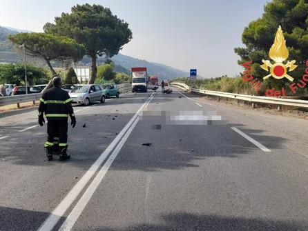 Fiumefreddo, scontro moto furgone:muore un 26enne